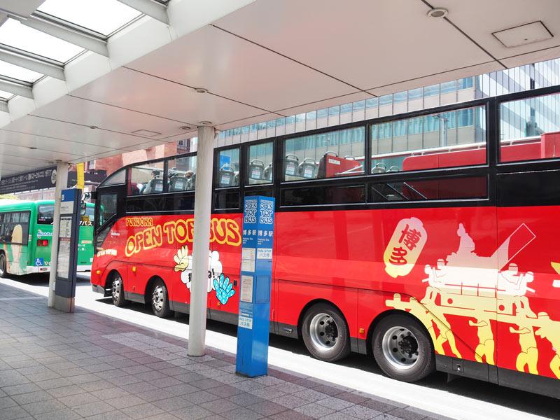 醒目的紅色敞篷公車